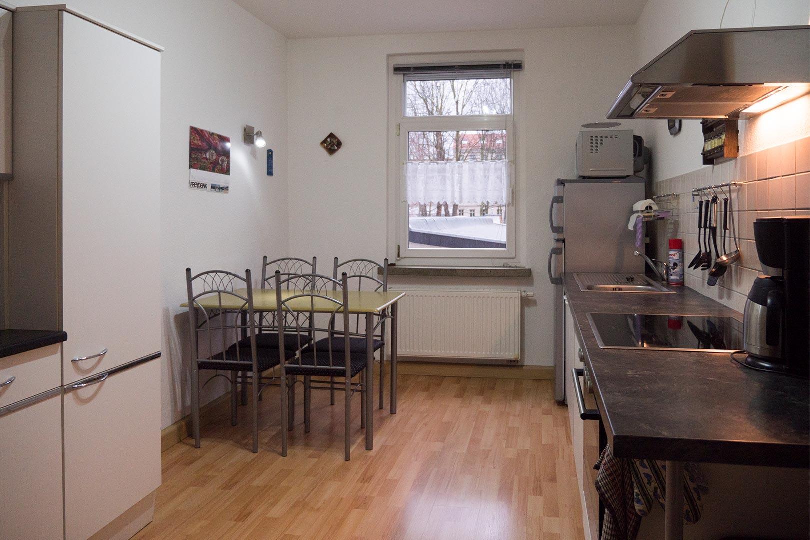 ferienwohnung rechts kueche 1 ferienwohnung leipzig west. Black Bedroom Furniture Sets. Home Design Ideas